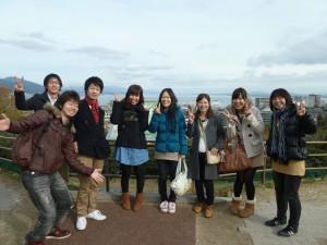 琵琶湖をバックに